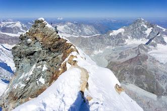 Photo: pohled na italský vrchol Matterhornu ze švýcarského vrcholu
