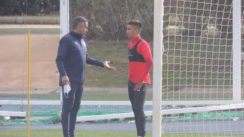 José Gomes habla con Cristian Olivera.