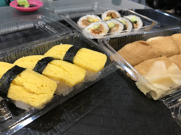 平價CP值高的壽司生魚片店,雖然去到現場大排長龍,不過店家動作很快沒多久就排到了  有分藍色與黃色菜單,分別為生魚片及壽司的,壽司跟湯會優先給,生魚片則是店家稍後送上。
