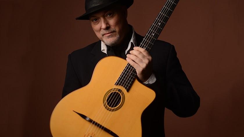 Paco Rivas junto a su guitarra