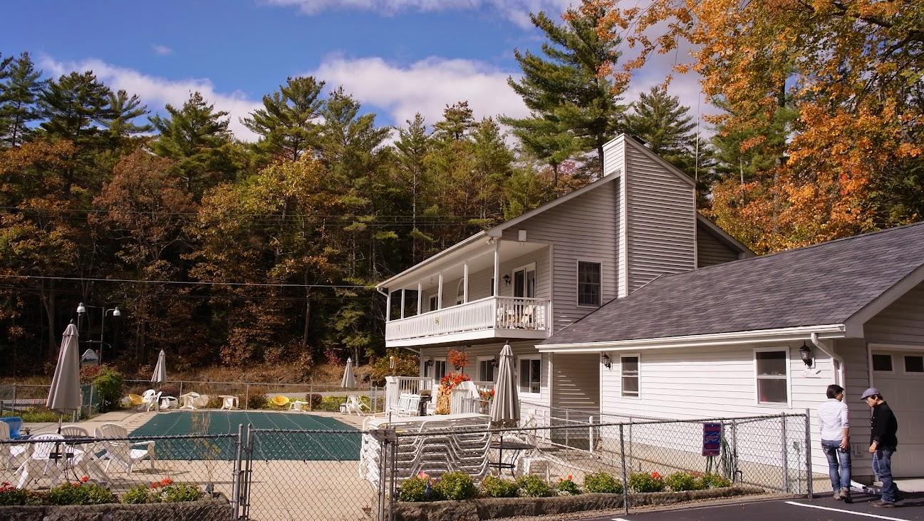 Adirondack Park Motel,前庭綠色那片帆布下方是游泳池