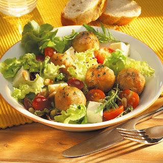 Herbstlicher Blattsalat mit Weintrauben