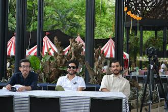 Photo: Cesar, Juan y José mirando la escena