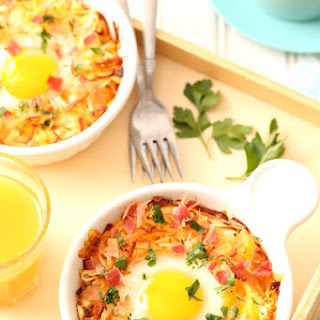 Baked Eggs in Cheesy Hash Brown Bowls