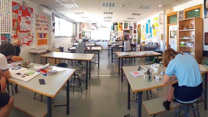 Profesor y alumnos del British School.