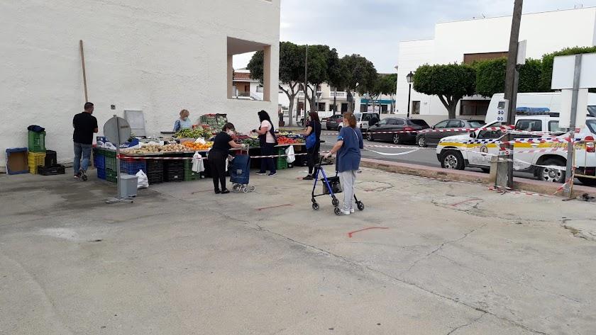 Uno de los primeros puestos que ha abierto sus puertas en Los Gallardos, entre fuertes medidas de seguridad.