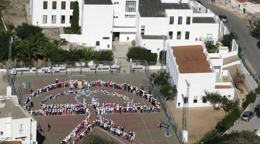 Los alumnos de la escuela formando un enorme indalo humano en un curso anterior.