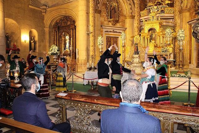 Tras la solemne eucaristía, la Agrupación Foklórica Alcazaba bailó ante la Patrona.