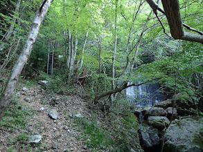 堰堤左のハシゴを登る