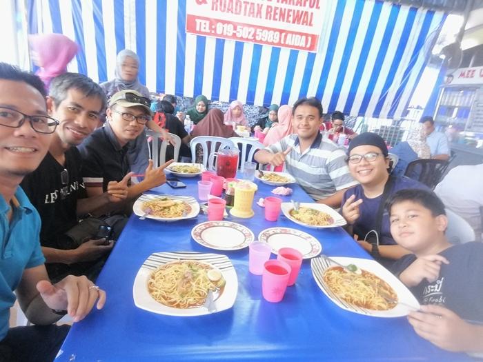 Happy Face bersama rakan-rakan makan Mee Udang