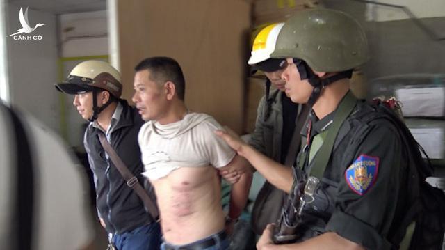 Bộ Công an đã ra lệnh bắt khẩn cấp Wu He Shan (SN 1963, quốc tịch Trung Quốc) về tội mua bán, vận chuyển trái phép chất ma túy. Đây là đối tượng cầm đầu đường dây 300 kg ma túy đá xuyên quốc gia. Theo Bộ Công an, ngụy trang là công ty xuất nhập khẩu hàng may mặc, Wu He Shan cùng nhiều đàn em thân tín như Huang Zai Wen (SN 1969, quốc tịch Trung Quốc), Thào A Dơ (SN 1982, quê Điện Biên), Thào Nở Páo (SN 1974, quê Đắk Nông) và Lý A Vừ (SN 1987, quê Đắk Nông) hình thành đường dây ma túy xuyên quốc gia.