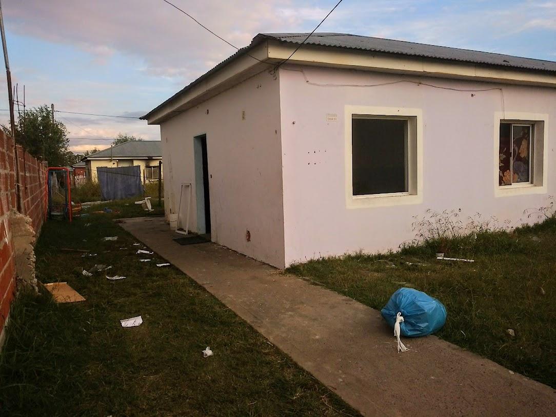 La casa desocupada y con ventanas y puerta rotas tras una madrugada de locura.