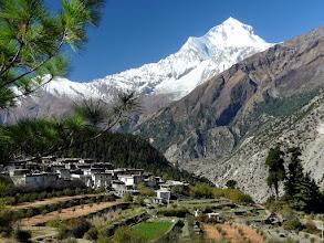 Photo: Der siebthöchste Berg der Welt. Im Vordergrund Chimang.