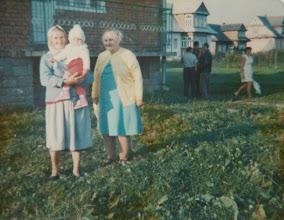 Photo: Od lewej Bukowska , NN Zdjęcie zrobione prze domem Latochów.  Zdjęcie udostępnione prze P.Ewe Aksamit.