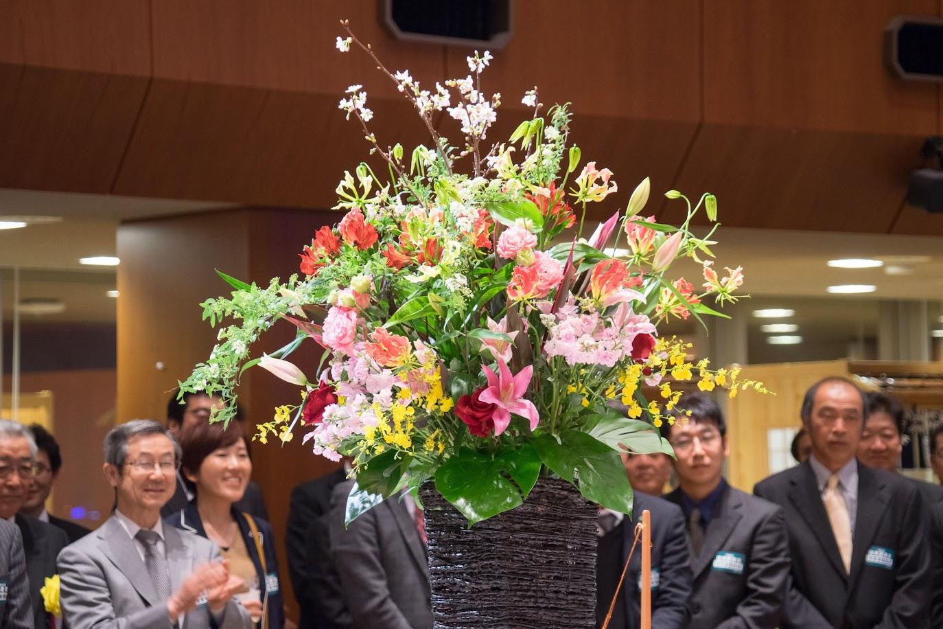 会場を飾る鮮やかな生花