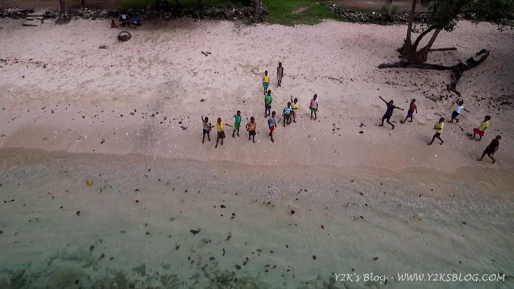 I bimbi di Lolowai salutano il nostro drone - Ambae