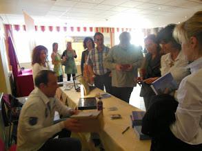Photo: Ralf Risch beim signieren seines Buch´s
