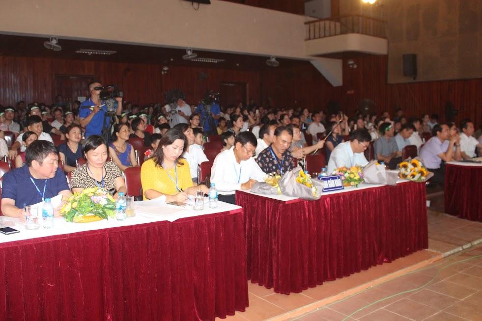 Đông đảo mọi người tham gia theo dõi Hội thi