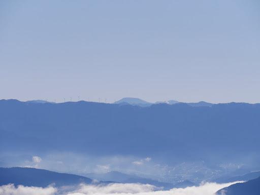 大船山と奥に茶臼山
