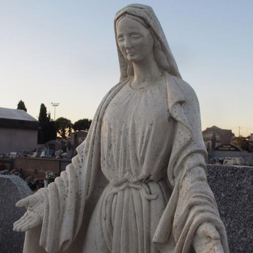 Statue de la sainte vierge en majesté sculptée en pierre des Estaillade sur un caveau de famille à Bollène Vaucluse
