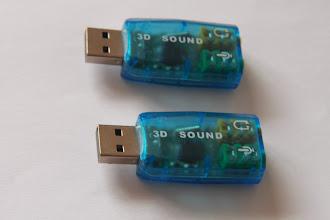 """Photo: 06/12/11 - Aquisição das placas de som Essa é a placa de som USB recomendada pelo Maciel para acoplar o PC ao circuito eletrônico (amplificador). - ATENÇÃO - Essas placas são SJ-588 falsas!!!  Segundo explicação do Maciel: """"O dispositivo """"falso"""" usa o chipset CM-109, é um amplificador classe """"B"""", semelhante ao """"HY-554"""" descrito na documentação do Soundstepper (que usa o CM-108). É possível utilizá-lo (depois vou construir um circuito aqui com eles), mas o circuito é um pouquinho maior e mais trabalhoso pra fazer e usa componentes diferentes.""""  Uma das formas de se identificar se são classe D é que quando conectados à USB eles se apresentam como 'USB AUDIO' na configuração de áudio do Windows.   Esses que eu adquiri eles se apresentam como 'Generic USB audio device'.  Maiores detalhes podem ser lidos aqui na página do Maciel."""