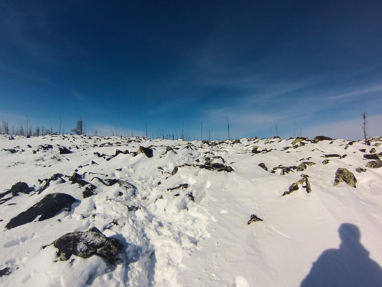 Следы спортсменов на снежном подъеме на вершину - Скоростное восхождение на голец Саранакан 2017