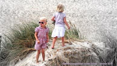 Photo: Gipfelbezwingerinnen in den Dünen   photo contest for kids
