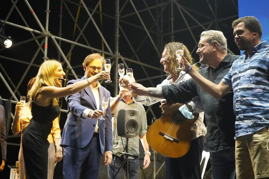 Mar Villalobos, David Baños, Tomatito, Diego Cruz y Alvarito brindando tras el acto.