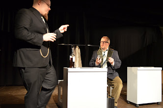 Photo: Tanskalaisella fuusiojohtaja Storbjörnillä (Joonas Väärni) on suuria suunnitelmia Akakin (Jorma Styng) varalle. Kuva: Mirka Pohjanrinne.
