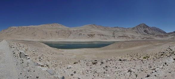 See in 4000m Höhe. Kaum zu glauben, daß die Berge dahinter 4800m hoch sind.
