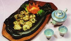 C18 Noix de Saint Jacques aux gingembres et ciboulettes sur plaque chauffante