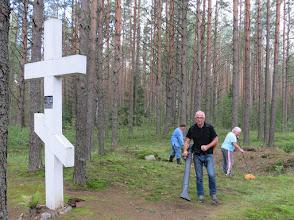 Photo: Kangaspelto. Kirsti, Kalevi ja Sisko vauhdissa.