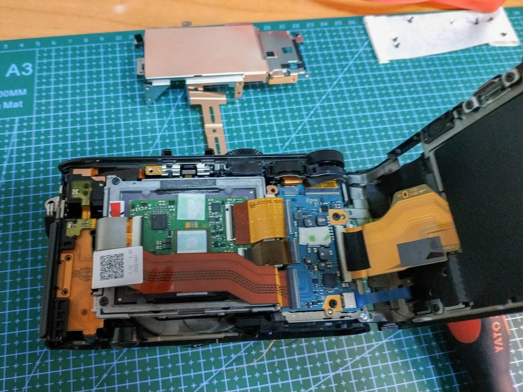 Неполная сборка фотоаппарата, без установки внутренней крышки и детали охлаждения матрицы.