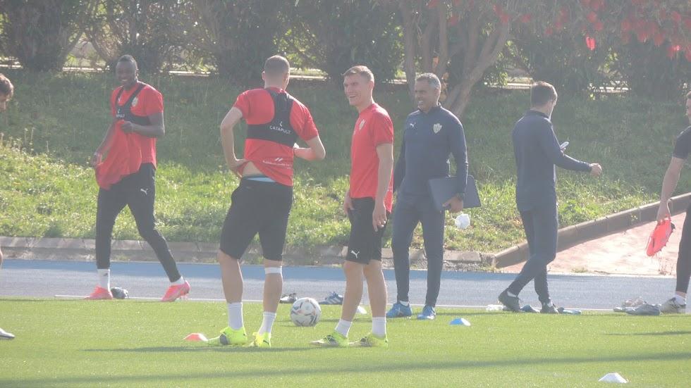 José Gomes llegando al Anexo para iniciar el entrenamiento.