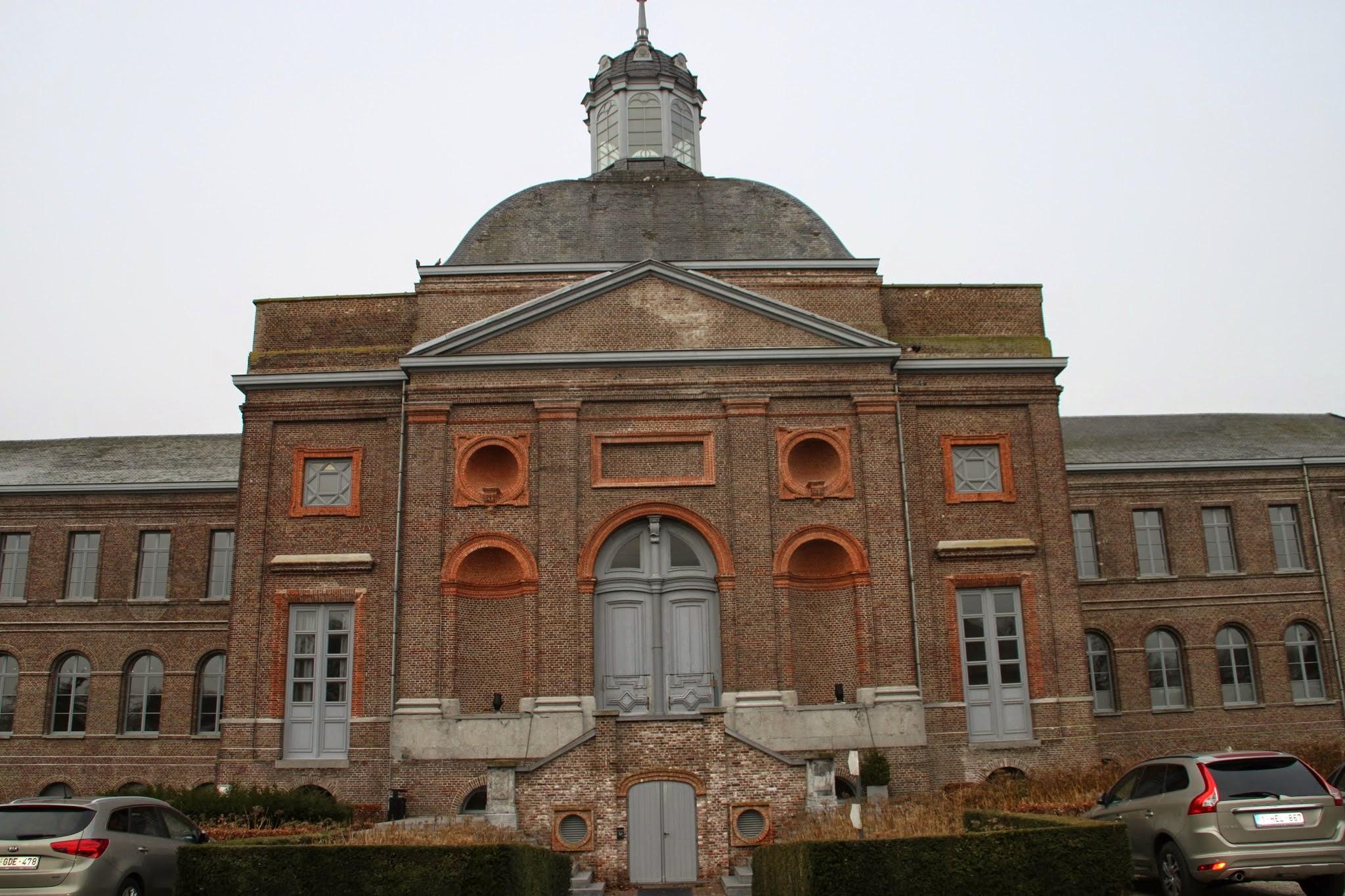 Photo: Het Godshuis, 75 meter lang en 56 meter breed, werd tussen 1843 en 1849 gebouwd in een neoclassicistische stijl met neobarokke en neorenaissancistische elementen