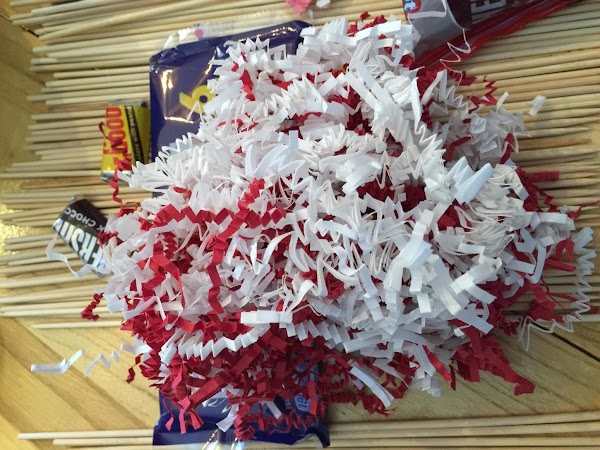 Mix the red and white shred and fill the top of the vase. Start...