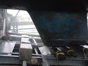 Photo: 雨の中でフジツボ落とし
