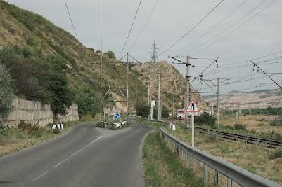 Die Stützen dieser Stromleitung bei Gori stehen mitten auf der Straße.