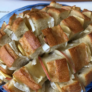 Cheesy Brie and Apple Pull Apart Bread.