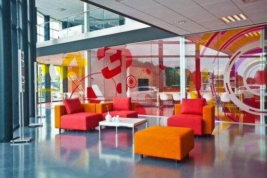 Thiết kế nội thất văn phòng được chú trọng vào chi tiết ghế và bàn