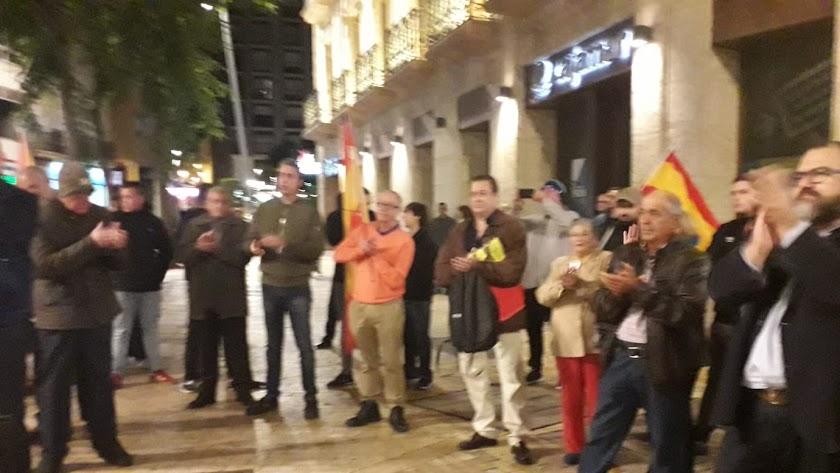 Simpatizantes de Falange Española, en una captura de móvil este sábado en la concentración en Puerta Purchena