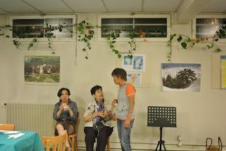 """Photo: Un sandwich au """"xa xiu"""" pour le dîner de tout le monde, et oui nous avons commencé la décoration à 18h. Malgré ses problèmes de genoux, chi Mai Chi nous est d'une grande aide"""