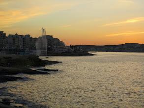 Photo: 205 SPB.Qawra, baie au coucher de soleil, jet d'eau