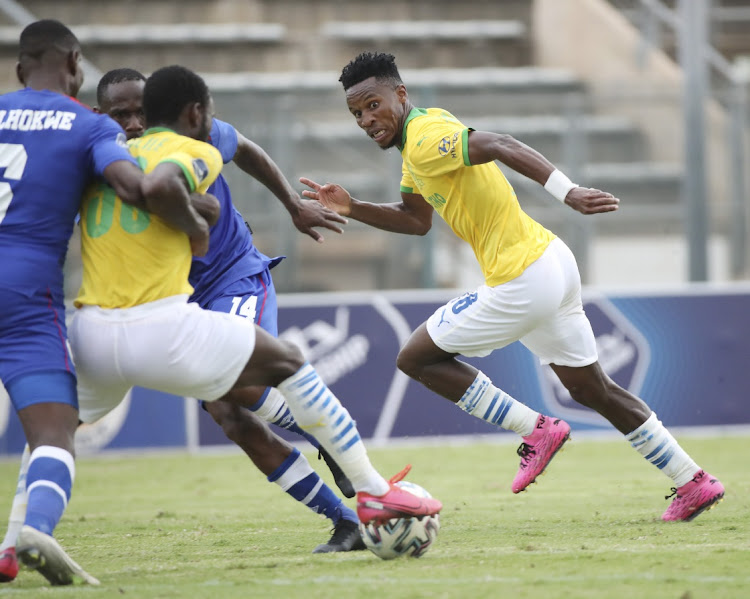Themba Zwane of Mamelodi Sundowns plays ball to Peter Shalulile during the DStv Premiership match between SuperSport United and Mamelodi Sundowns at Lucas Masterpieces Moripe Stadium on January 16, 2021 in Pretoria, South Africa.