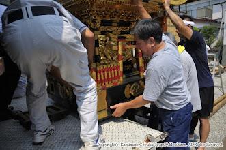 Photo: 神輿大改修 神輿搬出・工場搬入 平成27年7月27日(月)  神輿の搬出。施工業者である浅草 宮本卯之助商店の輸送車に神輿を載せる。