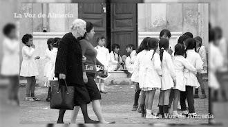 Hace 50 años la ciudad estaba llena de niños. En la foto: niñas del colegio de la calle del Muelle jugando en el recreo