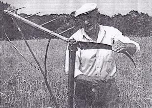 """Photo: id. Kolocsics Kálmán, """"hárigatós""""-takaróval-csapóval felszerelt kasza fenése kaszakővel"""