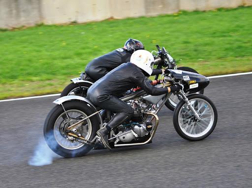 Deux Drag Triumph du Vintage Drag Bike French Association se tirent la bourre sur le circuit Carole à l'occasion des trophées Gerard Jumeau 2015.