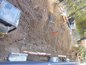 Photo: oben die Vorbereitungen für das Fundament laufen .... der Rüttler lässt das Haus erbeben.