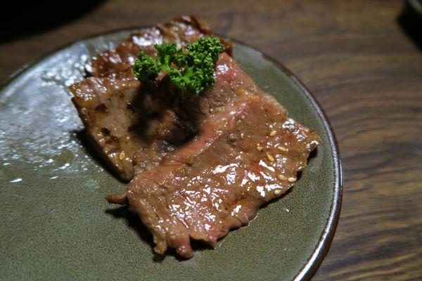 岩手日式炭火燒肉│單點無煙燒肉加上桌邊帥哥代烤服務,每烤一種肉就換一張網,必點牛小排、橫膈膜